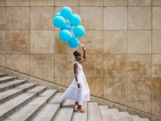 African American woman in Paris with balloons / Trocadero / Black fashion photography / Matthieu Waddell Photo / Paris Photographer Matthieu Waddell