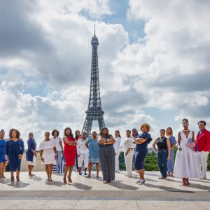 African American women posing for a lifestyle photo in Paris France with Eiffel Tower in the background / Matthieu Waddell Photo / Paris Photographer Matthieu Waddell