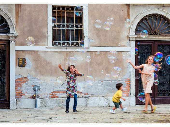 Children playing with bubbles / Venice Italy / Travel Photography / Matthieu Waddell Photo / Professional Photographer / Street photography / Paris Photographer